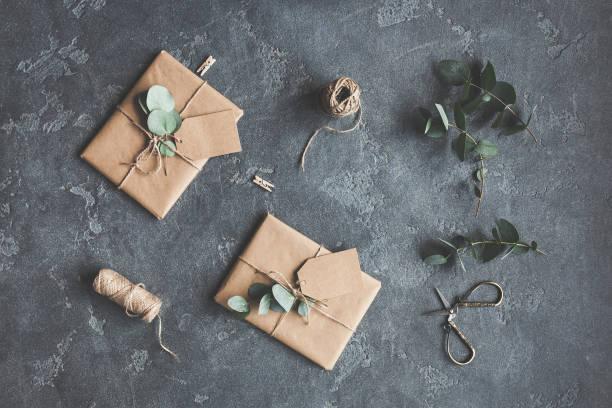 geschenke, zweigt eukalyptus auf schwarzem hintergrund. flach legen, top aussicht - diy xmas stock-fotos und bilder