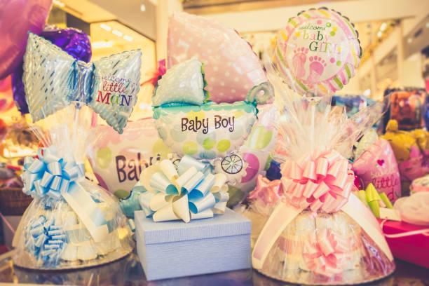 geschenke für neugeborene - windel partys stock-fotos und bilder
