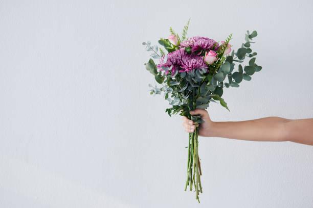 cadeaux du jardin de la mère nature - bouquet de fleurs photos et images de collection