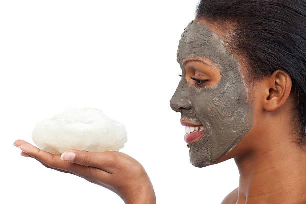 geschenke aus dem toten meer. - afrikanische masken stock-fotos und bilder