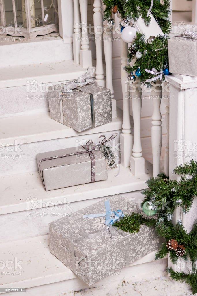 Photo libre de droit de Cadeaux Dans Les Escaliers Du Patio ...
