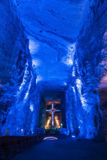 Vergoldetes Kreuz, das in eine unterirdische Kirchenmauer der Salzkirche in Zipaquirá Kolumbien eingemeißelt ist. – Foto