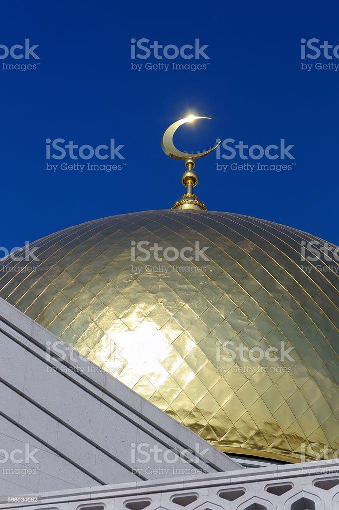 Gilded dome and crescent moon Muslim mosque photo libre de droits