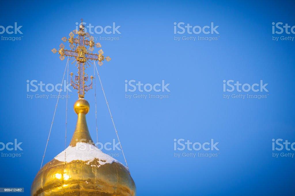 Gilded dome of a Christian temple a background of bright blue sky - Zbiór zdjęć royalty-free (Architektura)
