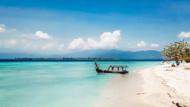 gili island-boot naar de paradice - lombok stockfoto's en -beelden