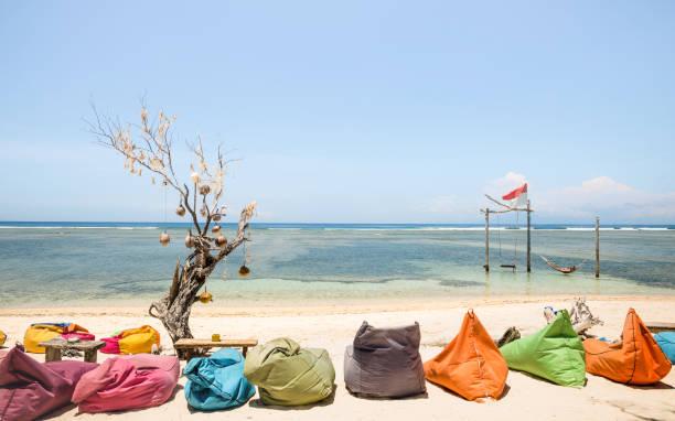 gili trawangan strand op een zonnige dag met veelkleurige banken op koelen lounge - reizen en vakantie concept met mooie bestemmingen wereldwijd - bali en lombok omgevingen in indonesië eilanden - lombok stockfoto's en -beelden