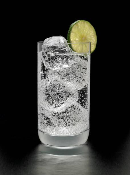 Gin et tonique Cocktail sur fond noir - Photo