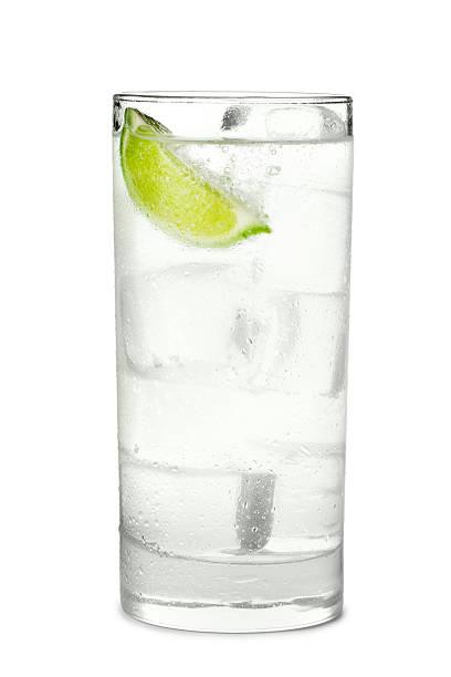 Gin Tonic ou un Soda, isolé sur fond blanc - Photo