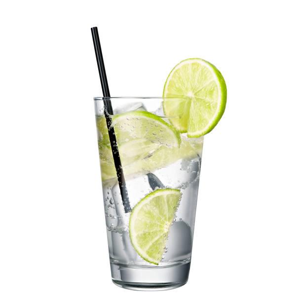 Gin et tonique à la chaux isolée sur fond blanc - Photo