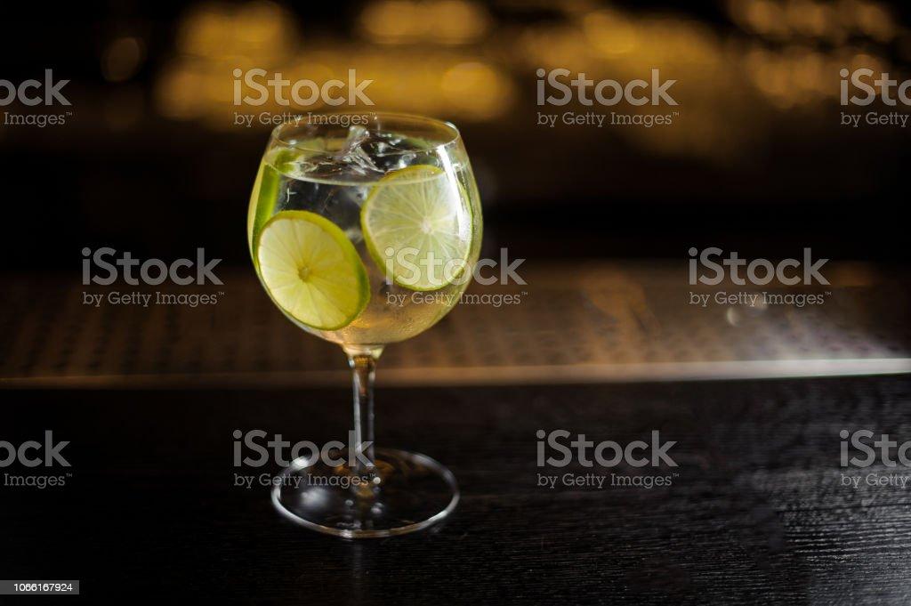 Gin Tonic cocktail verziert mit grünen Limetten – Foto