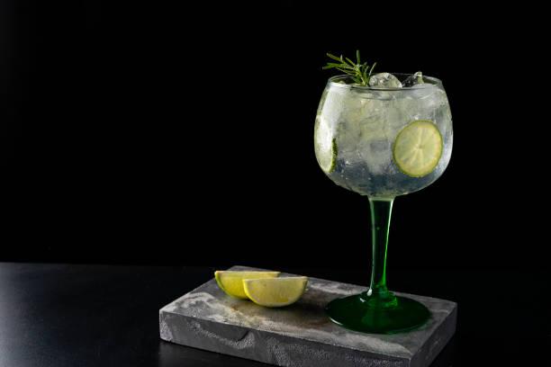 gin tonic cocktail is aan de bar. ruimte voor tekst. foto voor het menu - gin tonic stockfoto's en -beelden