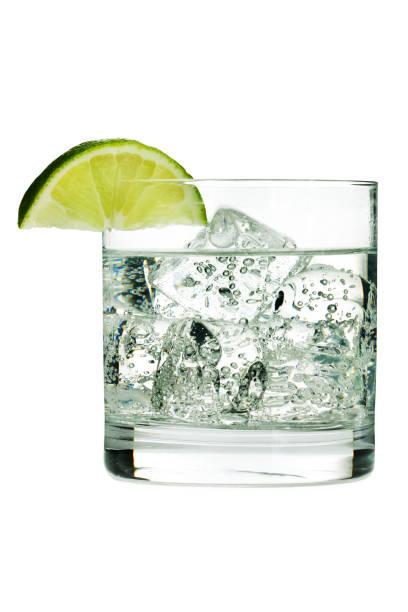 Gin tonique Cocktail ou de l'eau gazeuse dans un verre avec du citron vert - Photo