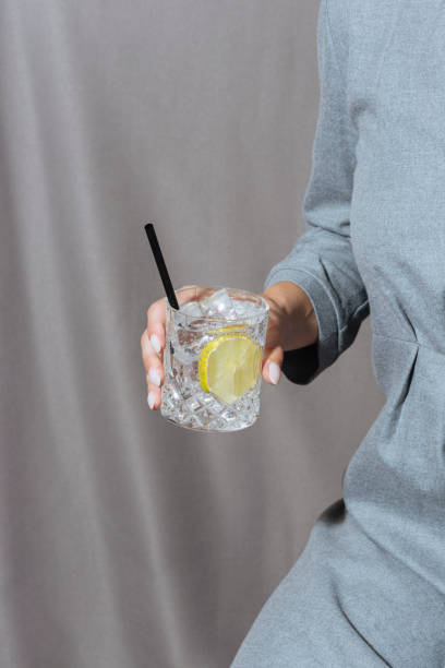 gin tonic cocktail - gin tonic stockfoto's en -beelden