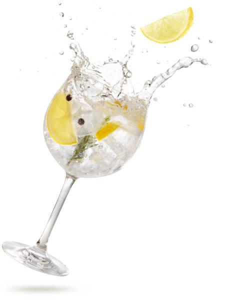 gin tonic cocktail spatten op witte achtergrond - gin tonic stockfoto's en -beelden