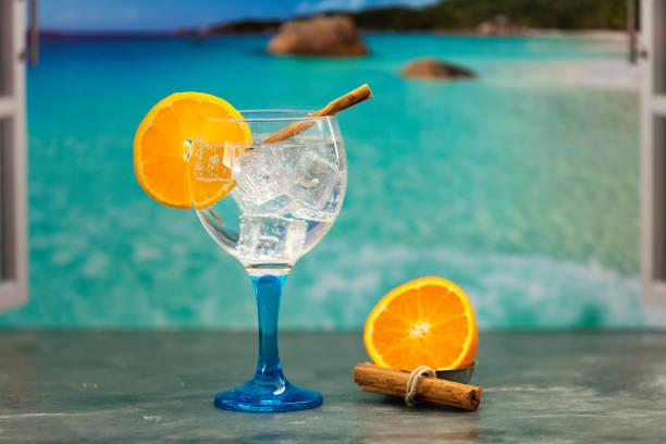 Gin Tonic en la playa - foto de stock