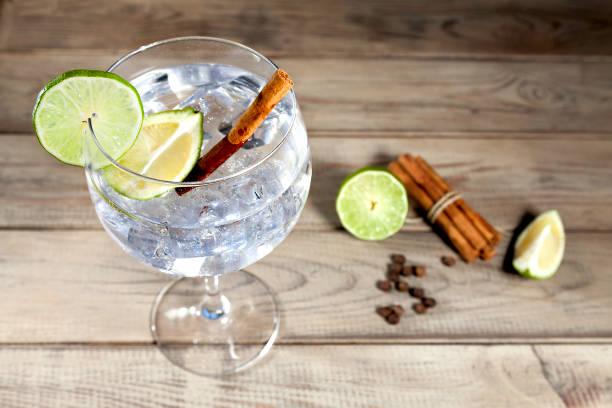 Gin tonique sur fond de bois - Photo
