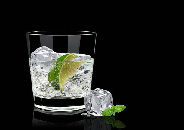 Tonique de gin ou de vodka sur fond noir - Photo