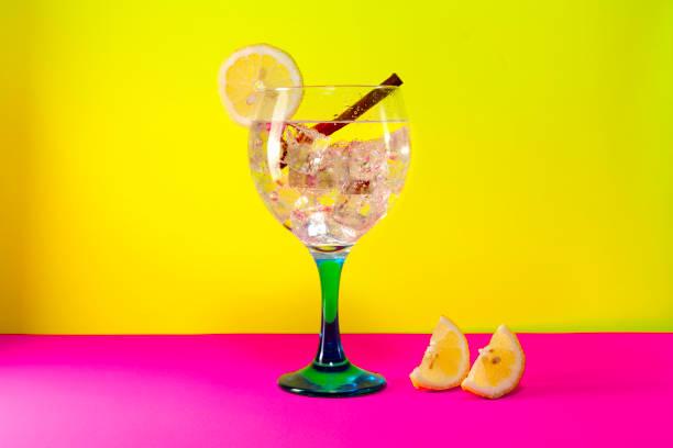 gin tonic mit gurke auf gelb - zimt gurken stock-fotos und bilder