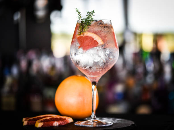 gin tonic met plakjes verse grapefruit - gin tonic stockfoto's en -beelden