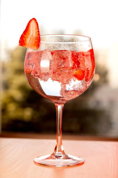 gin tonic mit erdbeere - eis ballons stock-fotos und bilder