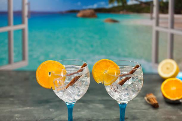 Gin tónicos y ventana al mar - foto de stock