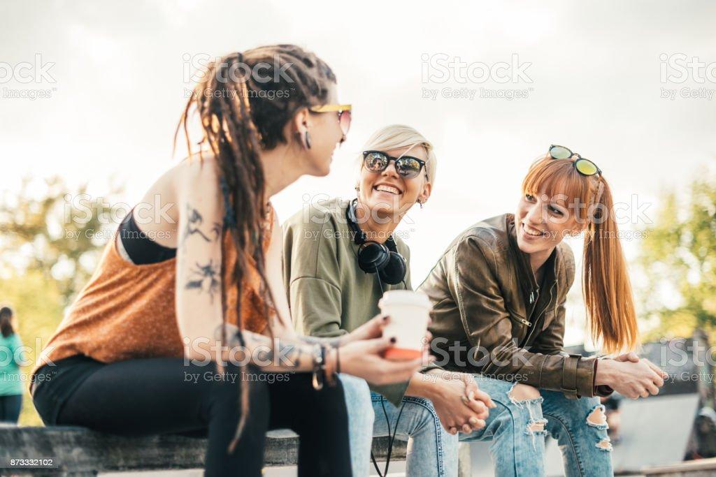 Ingwer und blonden Mädchen im Gespräch mit ihrem Freund mit dreadlocks Lizenzfreies stock-foto