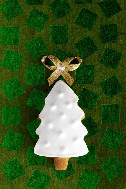 Ginger Weihnachten Tannenarten cookie auf dem grünen Hintergrund – Foto