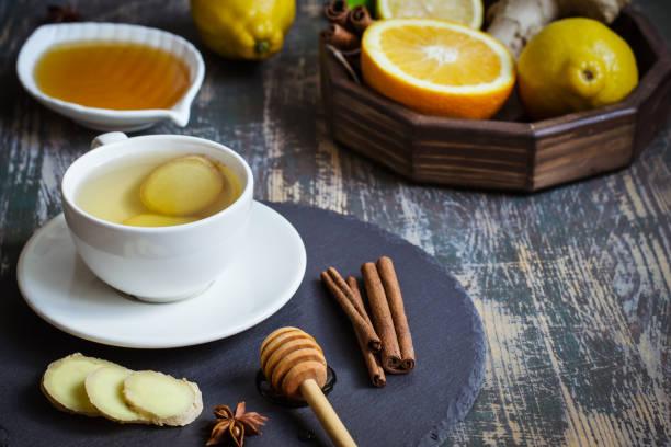 ingwer heißen immunität, die steigerung der vitamin natürliches getränk mit zitrusfrüchten, honig und zimt und zutaten - immunsystem stärken stock-fotos und bilder
