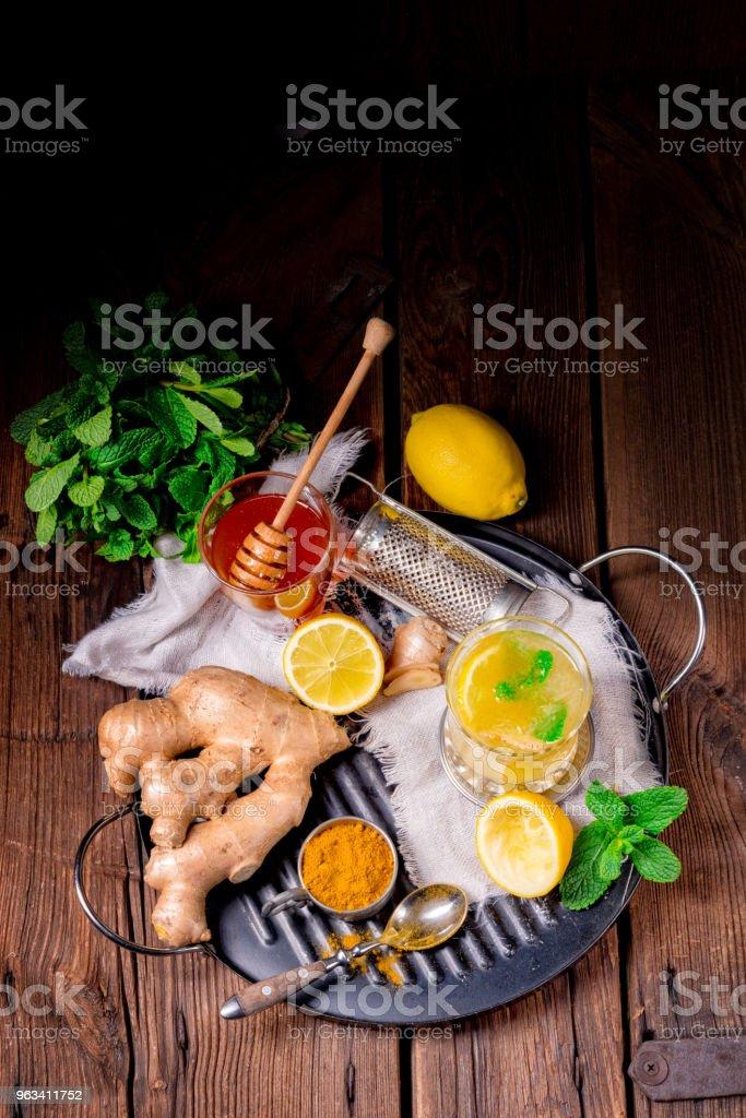 ginger lemonade with honey and lemons - Zbiór zdjęć royalty-free (Bez ludzi)