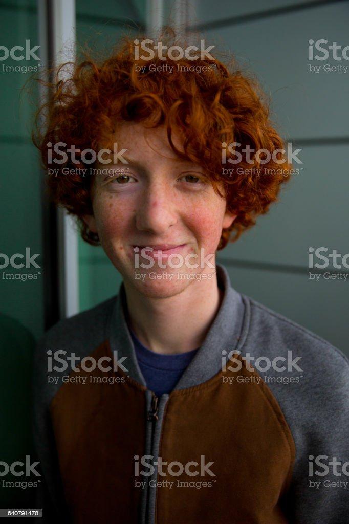 Portrait de Teen aux cheveux Orange mur de verre au gingembre - Photo