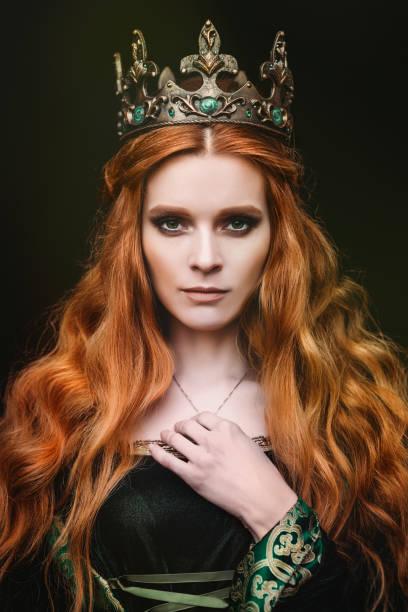 ingwer-königin in der nähe der burg - hochmittelalter stock-fotos und bilder