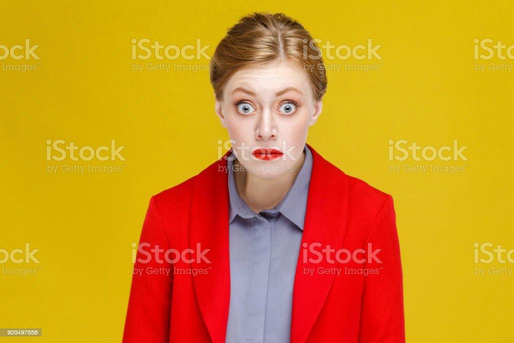 Frage mich, Ingwer rote Kopf Frau im roten Anzug. – Foto