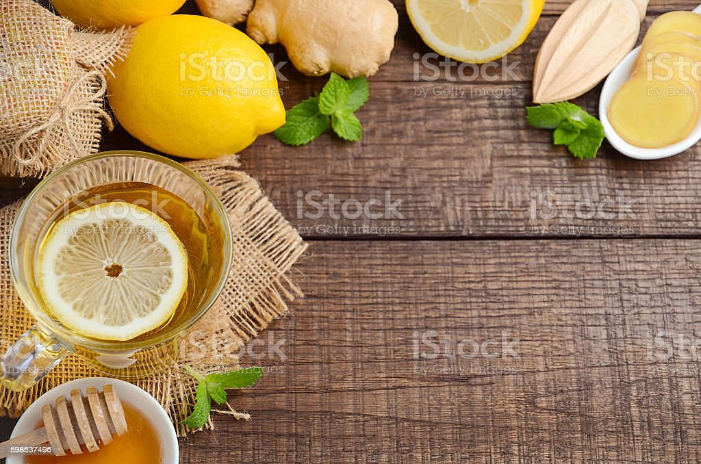 Ginger root tea with lemon and honey on wooden background photo libre de droits