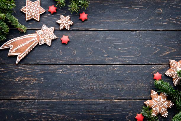 gingerbread christmas cookies frame auf holztisch. - hausgemachte zuckerplätzchen stock-fotos und bilder