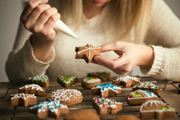 weihnachten lebkuchen in herstellung - hausgemachte zuckerplätzchen stock-fotos und bilder