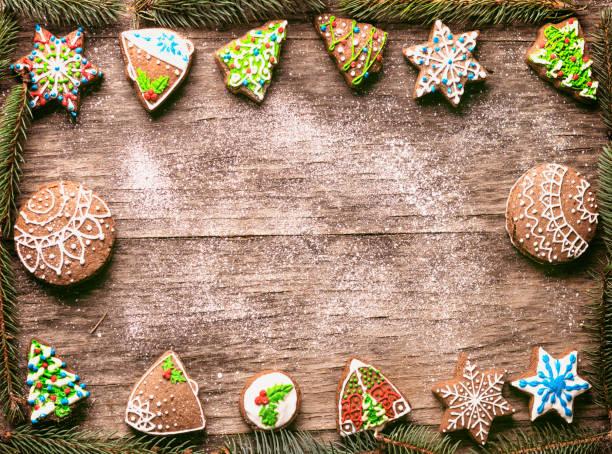 weihnachten lebkuchen kiefer niederlassungen frame auf holztisch - hausgemachte zuckerplätzchen stock-fotos und bilder