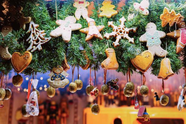 gingerbread koekjes op kerstmarkt op stadhuis berlijn duitsland - bazaar stockfoto's en -beelden