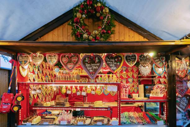 lebkuchen zu weihnachten markt charlottenburg palace winter berlin - weihnachtsmarkt am gendarmenmarkt stock-fotos und bilder
