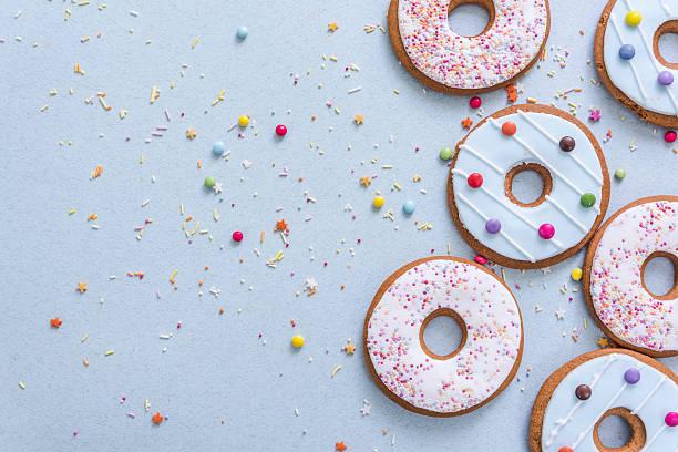 gingerbread cookies flat lay - kekskuchen stock-fotos und bilder