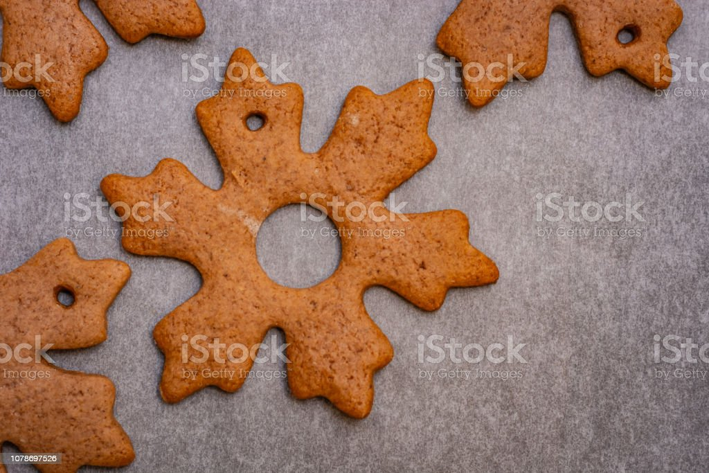 Gingerbread cookies in the shape of stars and leaves ready to hang on a Christmas tree as part of preparations for Christmas – zdjęcie