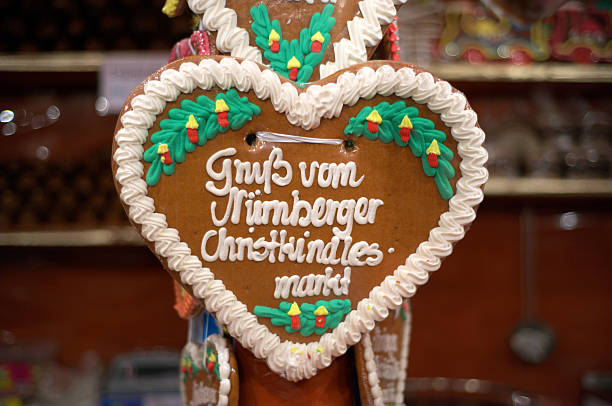 lebkuchen herzen von nürnberg-lebkuchenherz vom christkindlasmarkt weihnachtsmarkt - weihnachtsfeier münchen stock-fotos und bilder