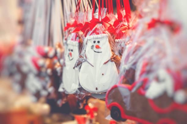 lebkuchenherzen auf deutschen weihnachtsmarkt. berlin. traditionellen lebkuchen cookies. - weihnachtsfeier münchen stock-fotos und bilder