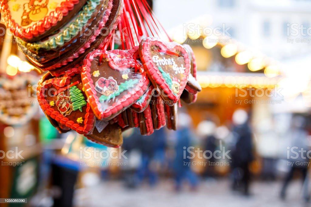 Lebkuchenherzen auf deutschen Weihnachtsmarkt. Nürnberg, München, Berlin, Hamburg Weihnachtsmarkt in Deutschland. Cookies geschrieben Happy Holiday genannt auf traditionellen Lebkuchen Lebkuchenherz in deutscher Sprache – Foto