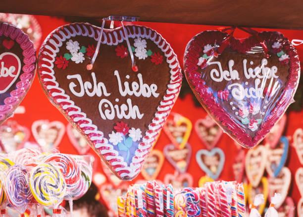 lebkuchen herzen cookies weihnachten markt berlin - weihnachtsmarkt am gendarmenmarkt stock-fotos und bilder