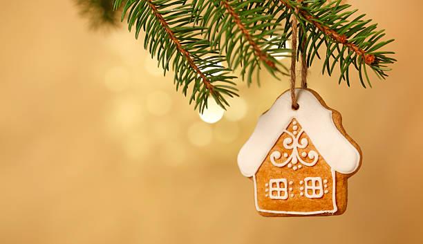 lebkuchenhaus auf weihnachtsbaum - weihnachten haus dekoration stock-fotos und bilder