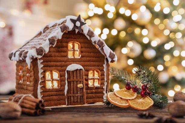 peperkoek huis op de kerst-tafel met kopie ruimte - speculaas stockfoto's en -beelden