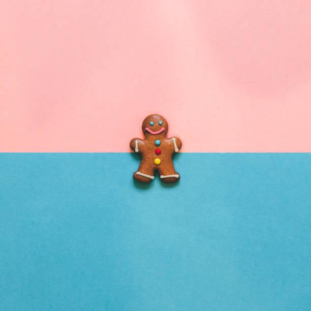 lebkuchenmann auf rosa und blau - weihnachtsessen ideen stock-fotos und bilder