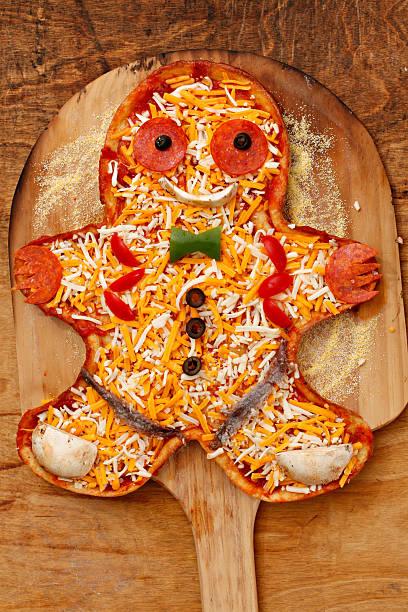 lebkuchenmann pizza - frucht pizza cookies stock-fotos und bilder