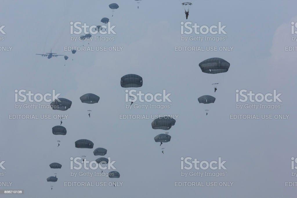 Ginkelse Heide, Nederland sep 20, 2014 Market Garden memorial. Parachutisten springen foto