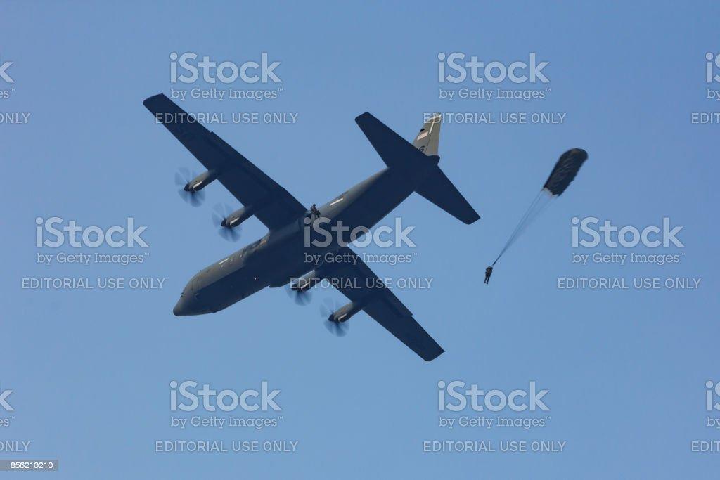Ginkelse Heide, Nederland sep 20, 2014: Market Garden memorial. Parachutisten springen foto